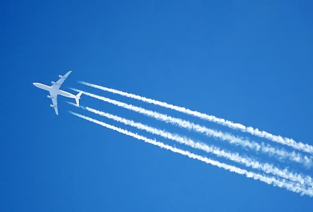 Contrails on Jet
